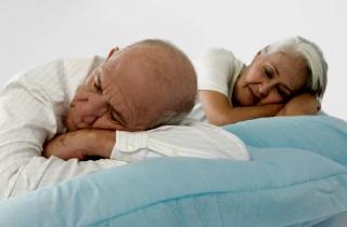 Пожилой человек много спит