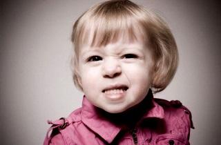 Из-за чего ребенок скрипит зубами во сне
